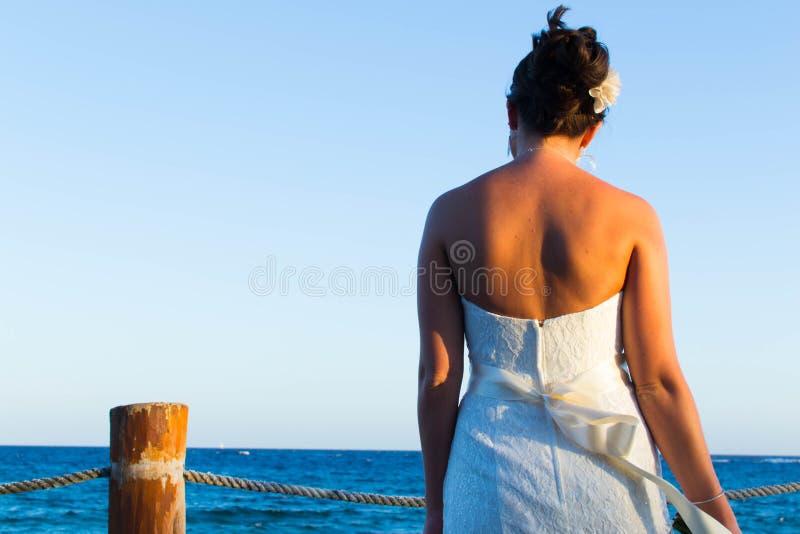 Bruid op het strand stock foto