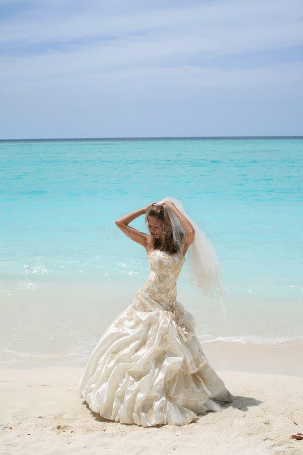 Bruid op tropisch strand stock fotografie