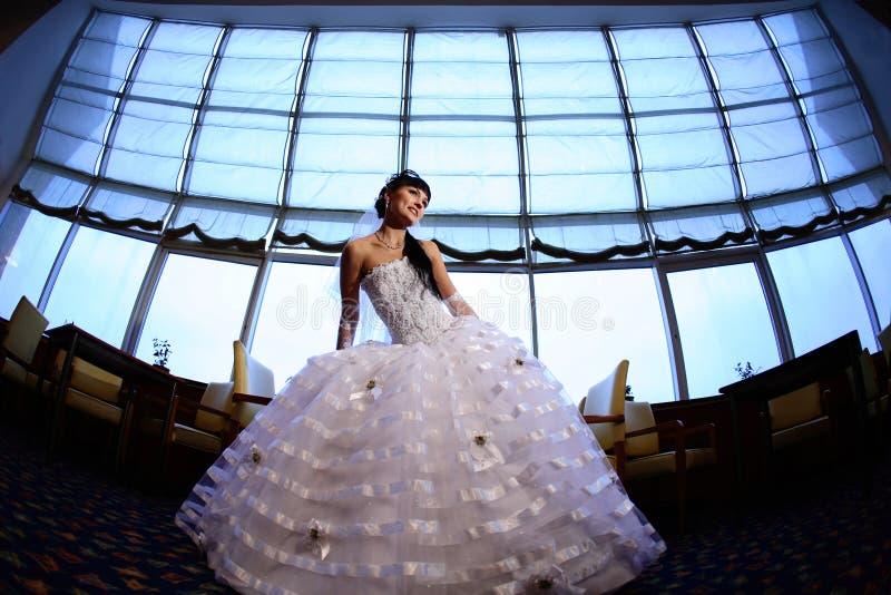Bruid op voorzijde van groot venster royalty-vrije stock foto