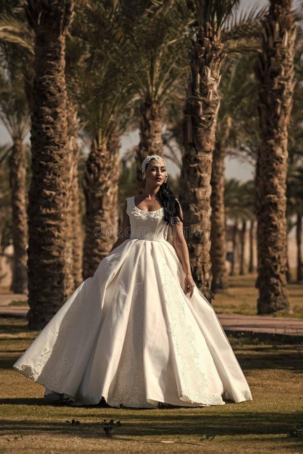 Bruid op zonnige dag op natuurlijke achtergrond stock afbeelding
