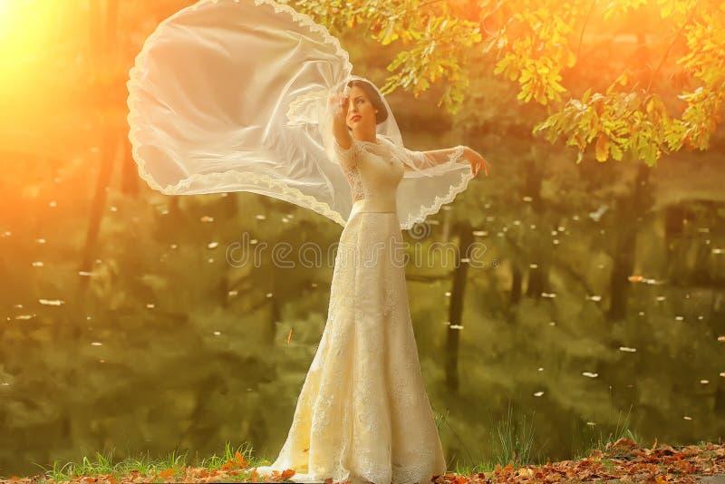 Bruid openlucht in de herfst stock afbeeldingen