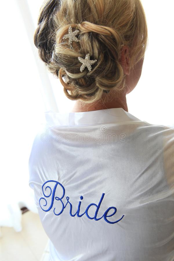 Bruid in Robe met Haar in een Broodje stock afbeeldingen