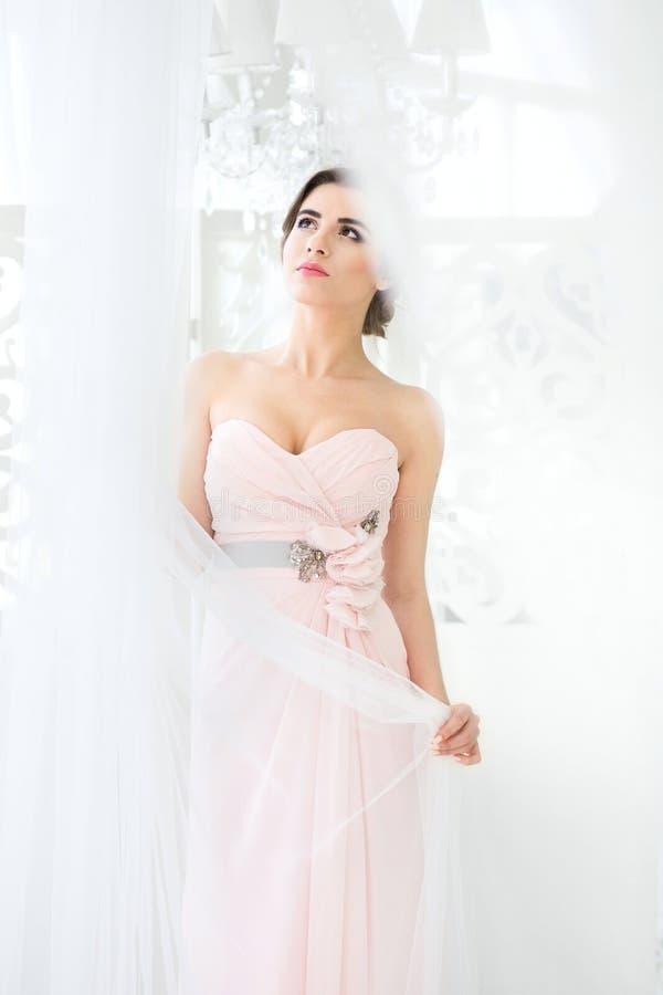 Bruid in roze kleding Vrouw die omhoog kijkt royalty-vrije stock afbeelding