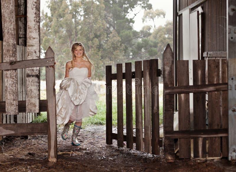 Bruid in rubber-Laarzen stock foto's
