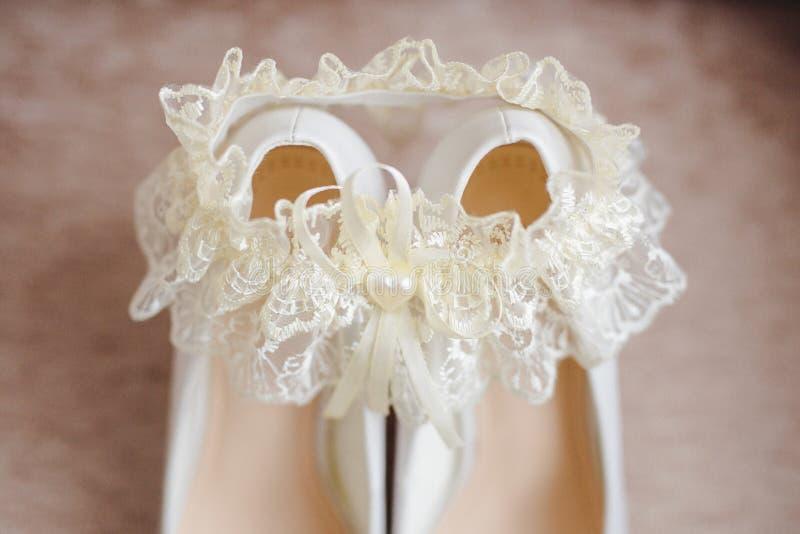 Bruid` s schoenen met een kouseband royalty-vrije stock afbeeldingen