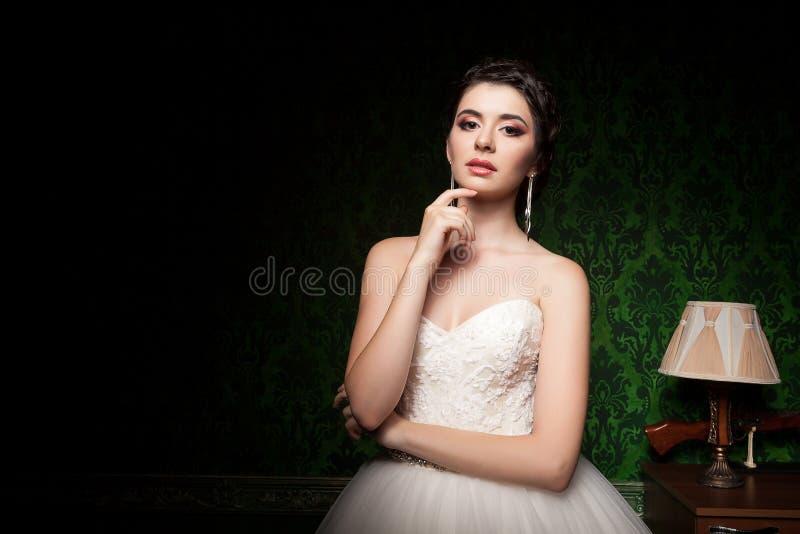 Bruid in uitstekende ruimte stock fotografie