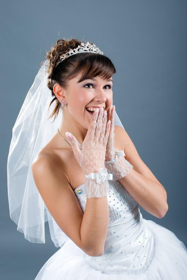 Bruid van de schoonheid kleedde zich in witte huwelijkskleding royalty-vrije stock fotografie