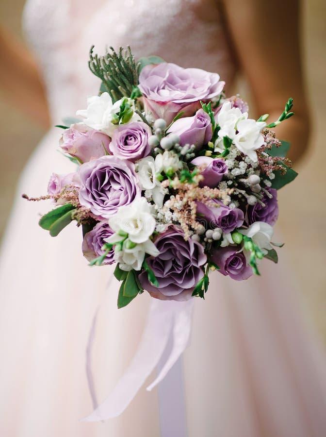 Bruid in wit het huwelijksboeket van de kledingsholding met tedere bloemen royalty-vrije stock foto's