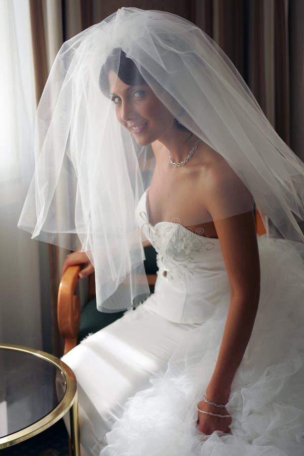 Bruid in witte huwelijkskleding royalty-vrije stock foto's