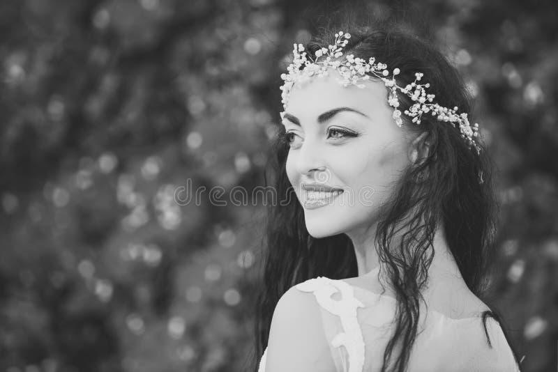 Bruid in witte kleding Gelukkig meisje met juwelendiadeem in donkerbruin haar royalty-vrije stock foto