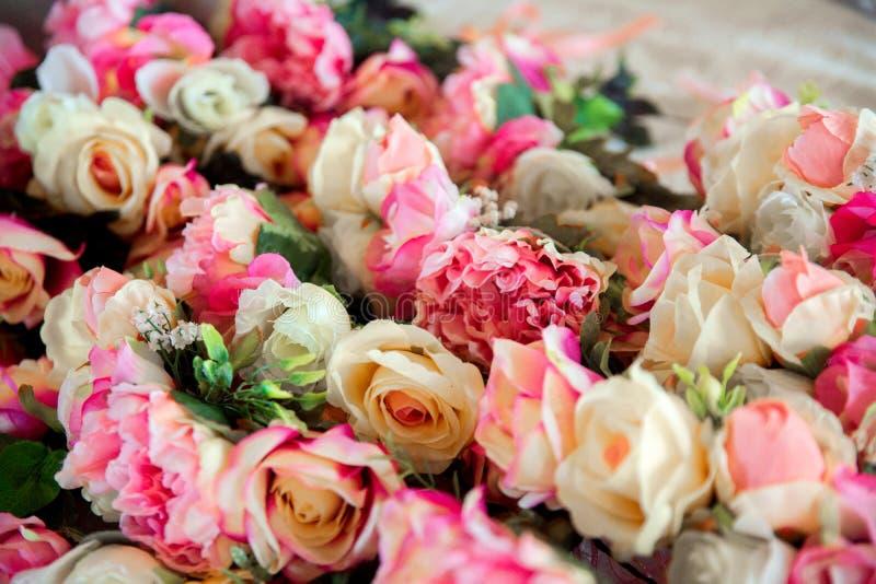 Bruid in witte kleding Kronen van roze rozen voor bruidsmeisjes royalty-vrije stock fotografie