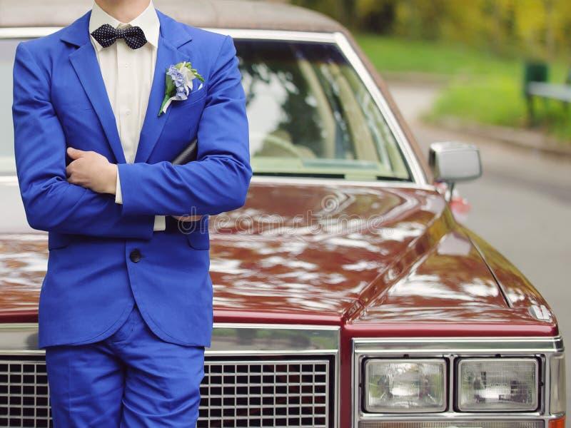 Bruidegom bij Auto royalty-vrije stock foto's