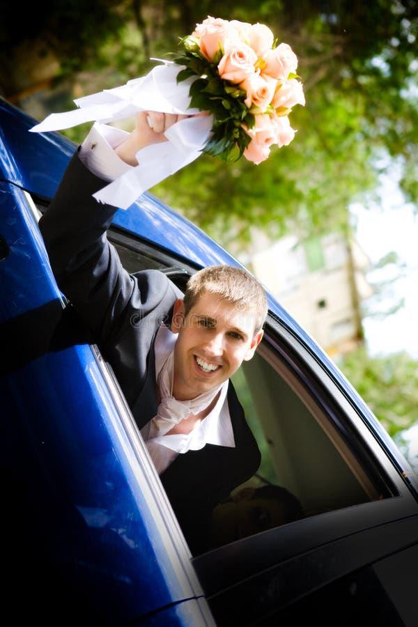 Bruidegom in de auto royalty-vrije stock foto's