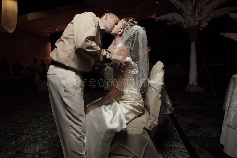 Bruidegom die de bruid kust royalty-vrije stock foto