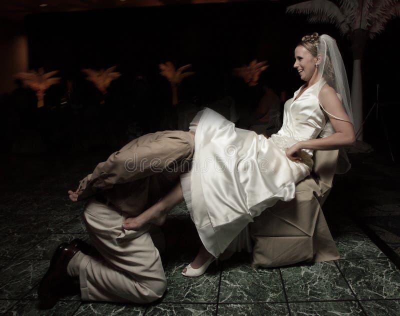 Bruidegom die de kouseband verwijdert royalty-vrije stock foto