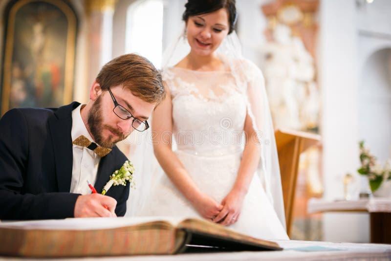 Bruidegom die het Contract van zijn leven ondertekenen royalty-vrije stock afbeeldingen