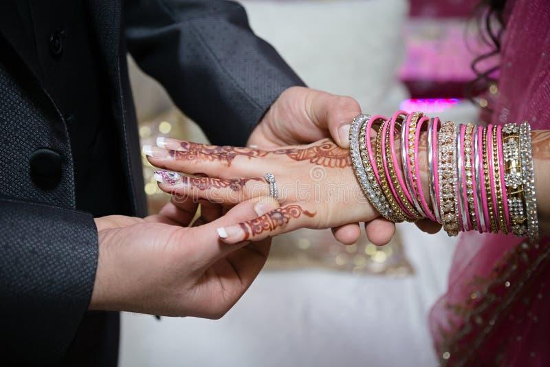 Bruidegom die ring aanzetten royalty-vrije stock foto