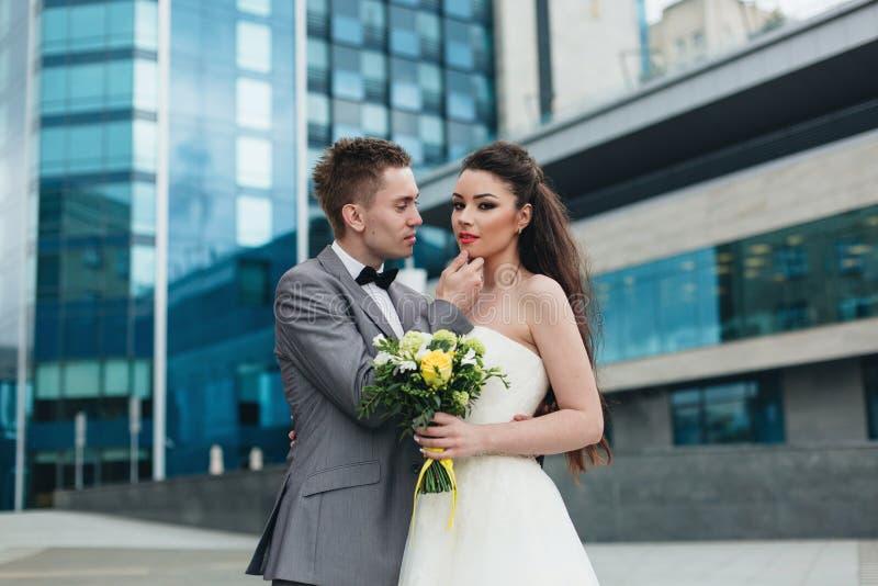 Bruidegom die zijn bruid bekijken stock foto's