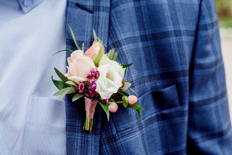 Bruidegom in een jasje De ochtend van de bruidegom, bruidegom` s prijzen Sluit omhoog stock fotografie