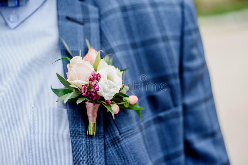 Bruidegom in een jasje De ochtend van de bruidegom, bruidegom` s prijzen Sluit omhoog stock foto's