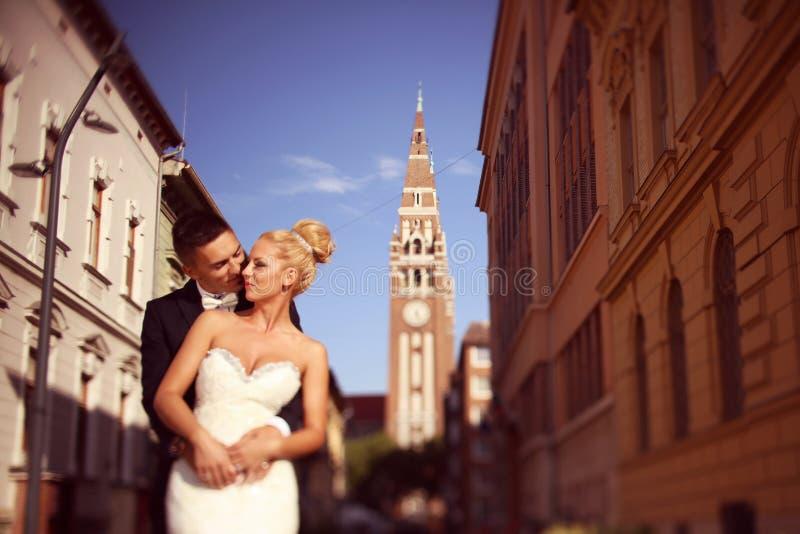 Bruidegom en bruid in de stad stock foto's