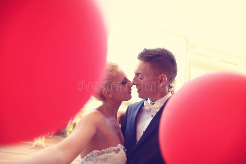 Bruidegom en bruid in de stad stock fotografie