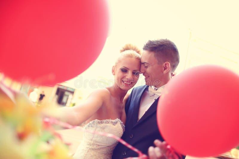 Bruidegom en bruid in de stad stock afbeeldingen