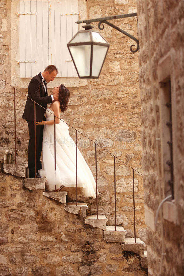 Bruidegom en bruid in de stad royalty-vrije stock afbeelding
