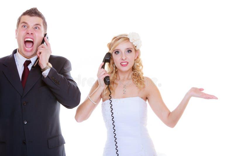 Bruidegom en bruid die aan elkaar roepen stock fotografie