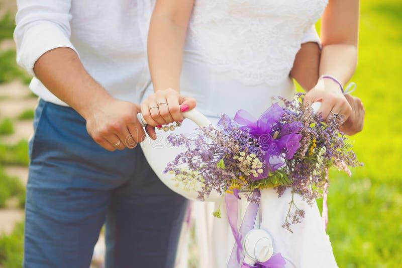 Bruidegom en bruid het bruids boeket van het holdingshuwelijk royalty-vrije stock foto