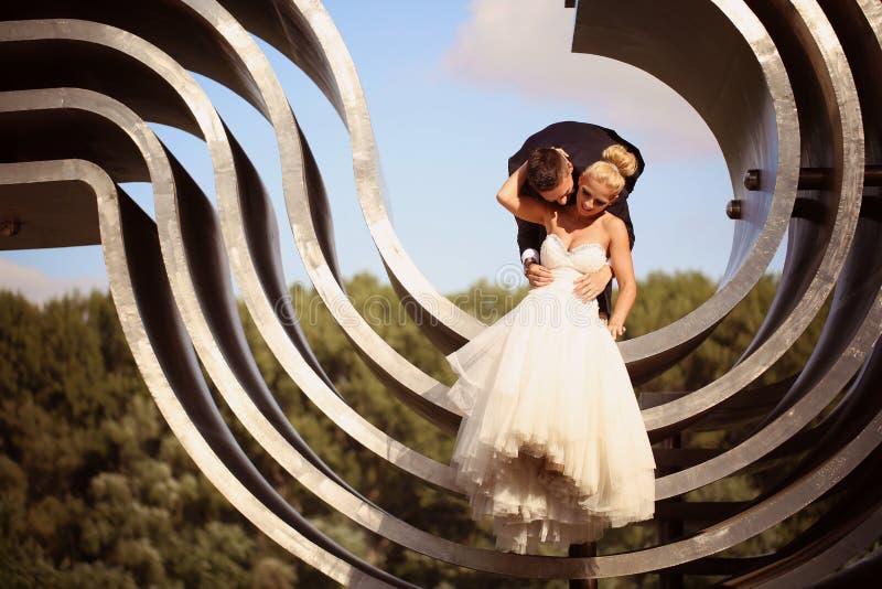 Bruidegom en bruid op een grote metaalbouw stock afbeeldingen