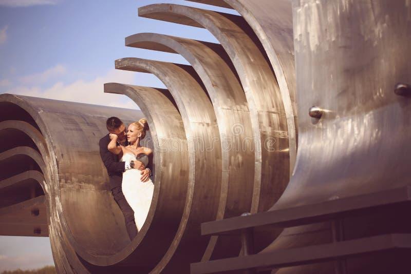 Bruidegom en bruid op een grote metaalbouw royalty-vrije stock foto's