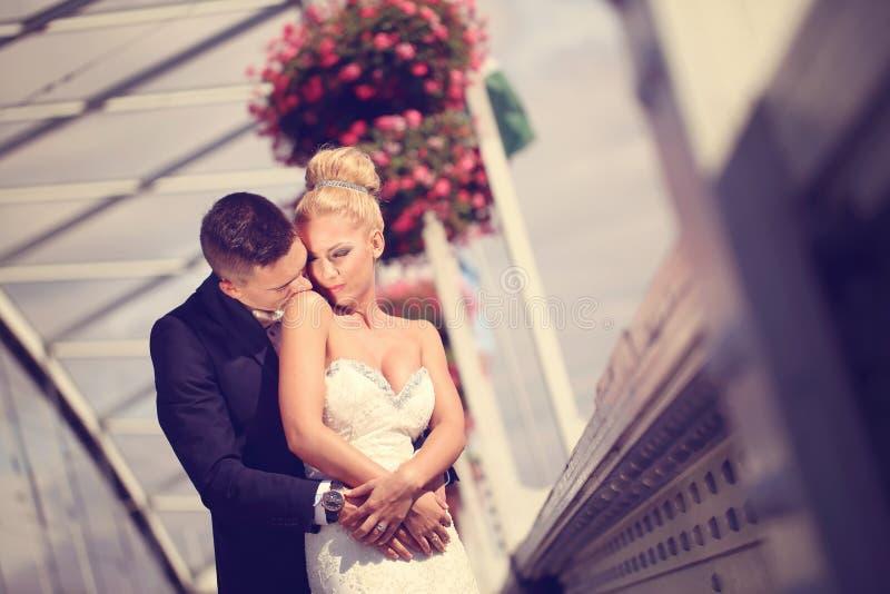 Bruidegom en bruid op metaal stock fotografie