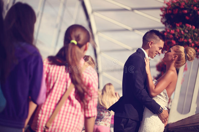 Bruidegom en bruid op metaal royalty-vrije stock fotografie