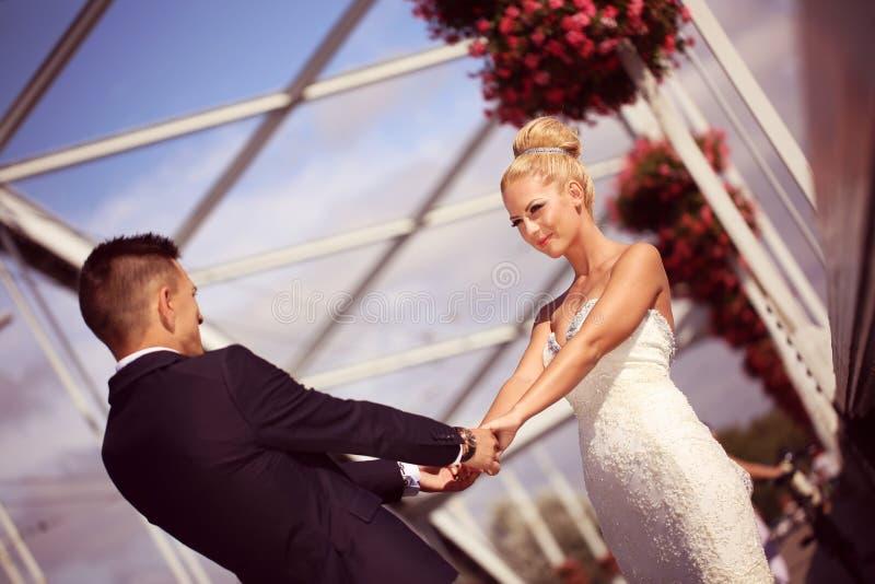 Bruidegom en bruid op metaal stock afbeeldingen