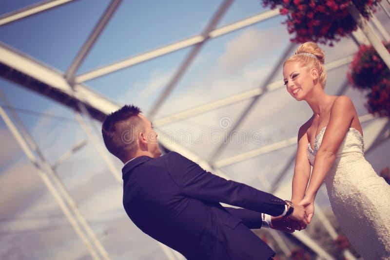Bruidegom en bruid op metaal stock foto's