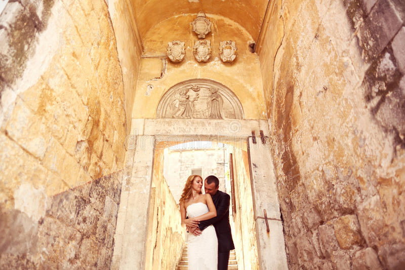 Bruidegom en bruid op treden in een gang royalty-vrije stock foto's