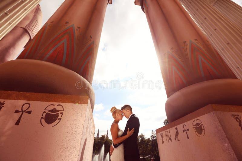 Bruidegom en bruid in openlucht op hun huwelijksdag royalty-vrije stock foto's