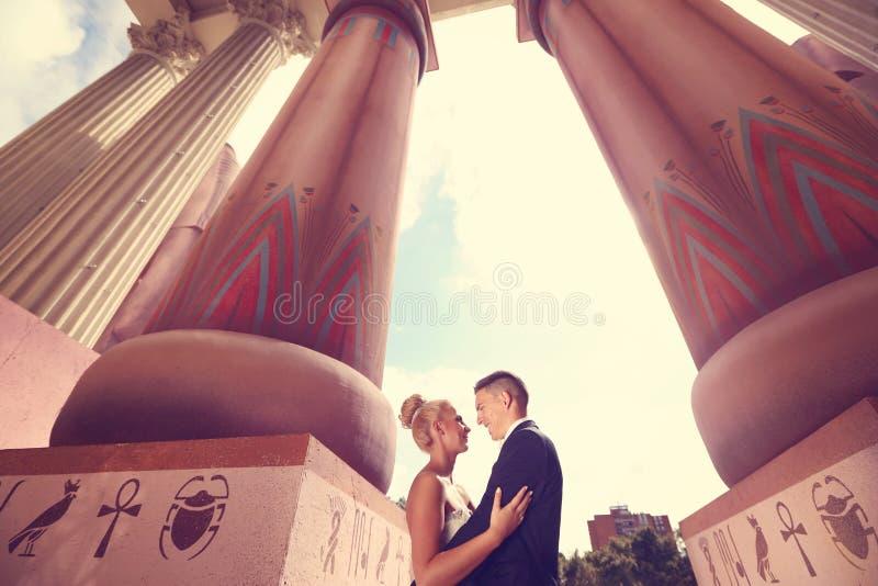 Bruidegom en bruid in openlucht op hun huwelijksdag royalty-vrije stock foto