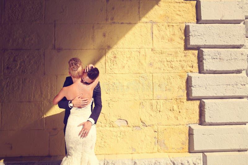 Bruidegom en bruid in openlucht op hun huwelijksdag royalty-vrije stock afbeeldingen