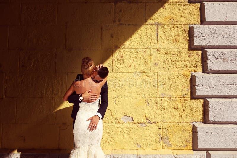 Bruidegom en bruid in openlucht op hun huwelijksdag royalty-vrije stock afbeelding