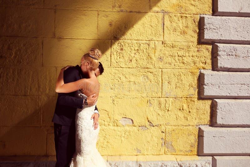 Bruidegom en bruid in openlucht op hun huwelijksdag royalty-vrije stock fotografie