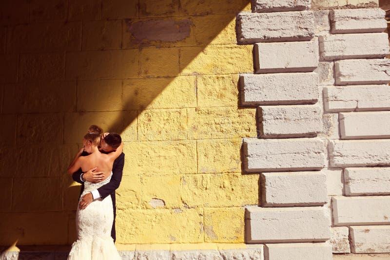 Bruidegom en bruid in openlucht op hun huwelijksdag stock afbeeldingen