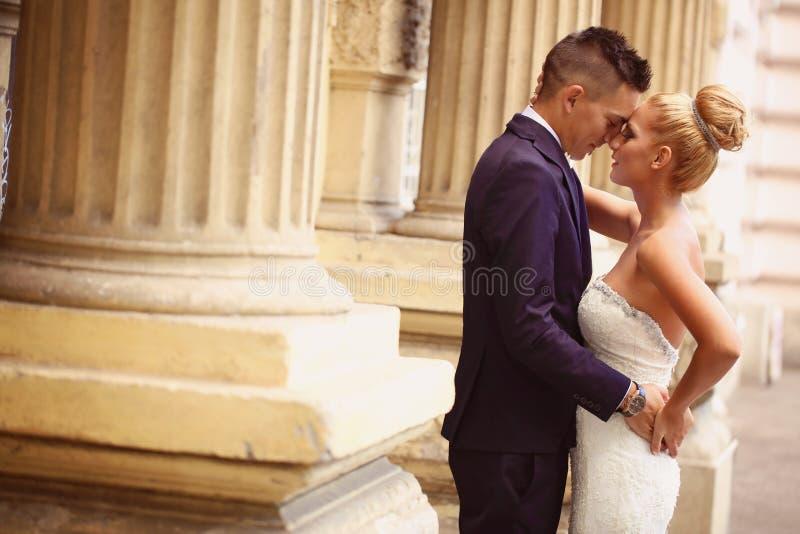 Bruidegom en bruid in openlucht op hun huwelijksdag stock afbeelding