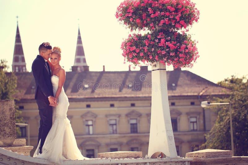 Bruidegom en bruid in openlucht op hun huwelijksdag stock foto's