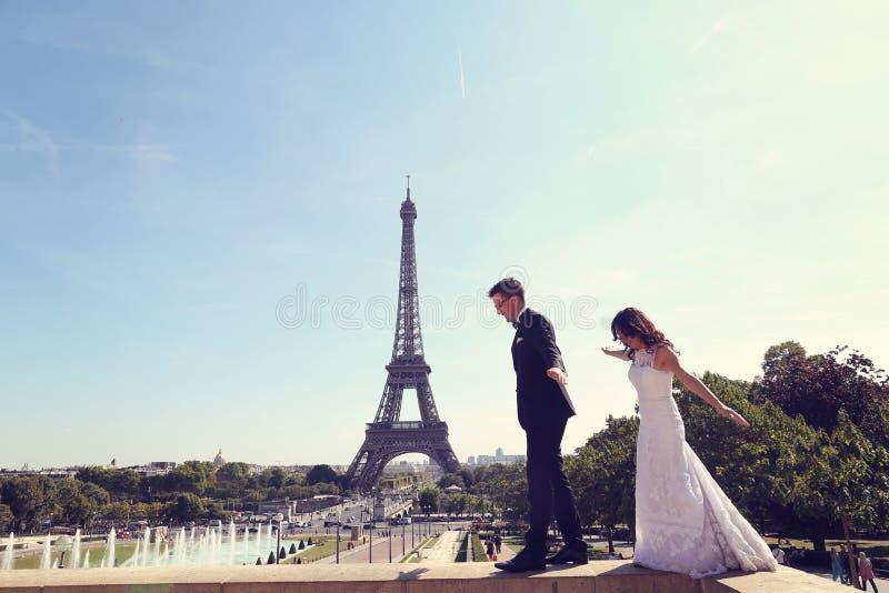 Bruidegom en bruid in Parijs royalty-vrije stock foto's