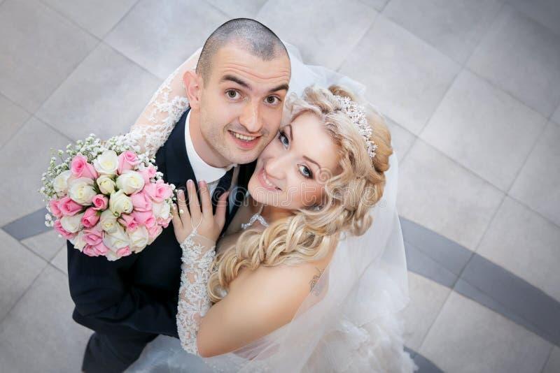 Bruidegom en de bruid met een huwelijksboeket stock afbeeldingen
