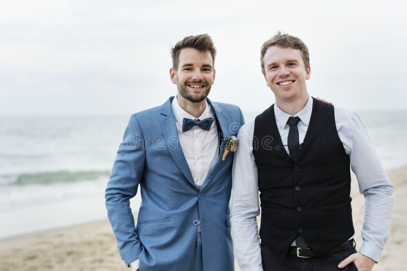 Bruidegom en groomsman bij het strand stock afbeelding