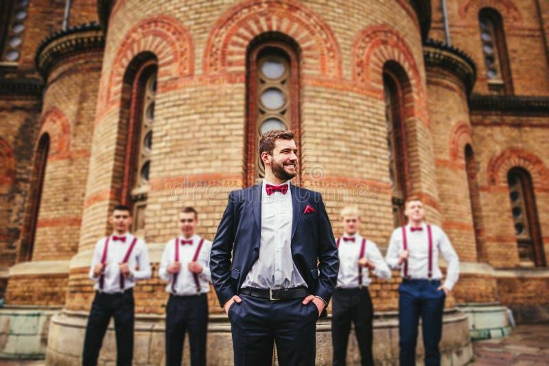 Bruidegom en zijn grappige vrienden royalty-vrije stock afbeelding
