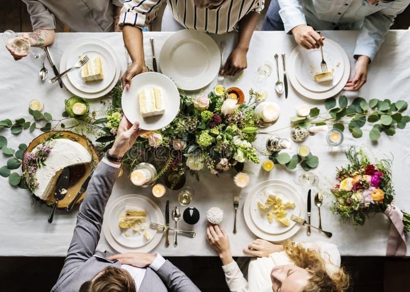 Bruidegom Handing Cake aan Vrienden op Huwelijksontvangst royalty-vrije stock afbeelding